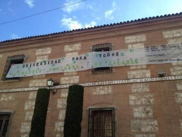 Pancarta desplegada en la Facultad de Fislofofía y Letras UAH el día de la huelga. Fuente: UAH en Movimiento